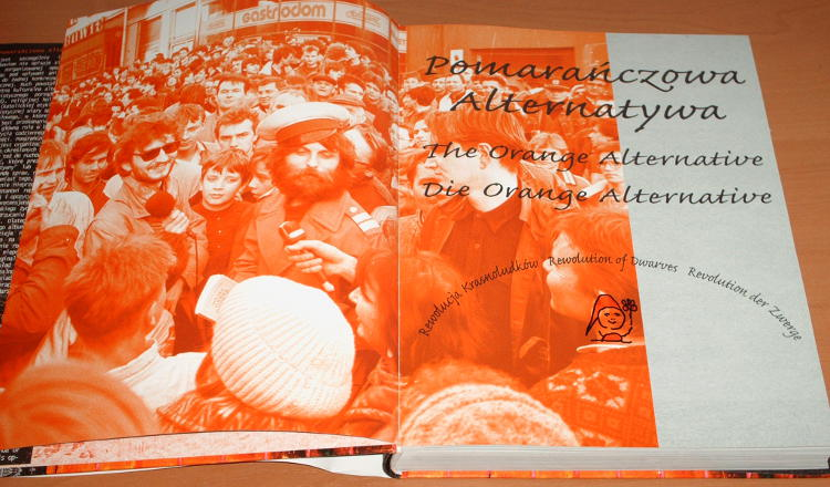 Fydrych-Waldemar-Misztal-Pomaranczowa-Alternatywa-Rewolucja-Krasnoludkow-The-Orange-Alternative-album-2008